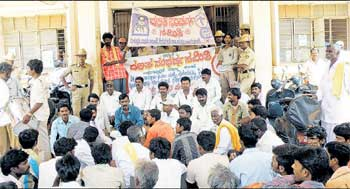 Dalit Sangharsha Samiti workers staging a dharna in front of tahsildar's office demanding CoD probe into the hooch tragedy in Shidlaghatta on Monday. DH photo