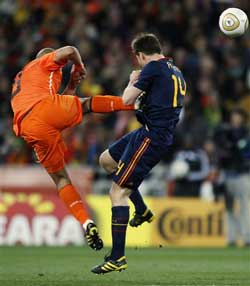 Netherlands' Nigel De Jong (right) gets nasty with Spain's Xabi Alonso during their bitterly-fought final in Johannesburg on Sunday. AP