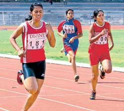 Vidya Vahini College's Arpitha M (left) en route to the girls' U-18 200M gold on Thursday. DH photo