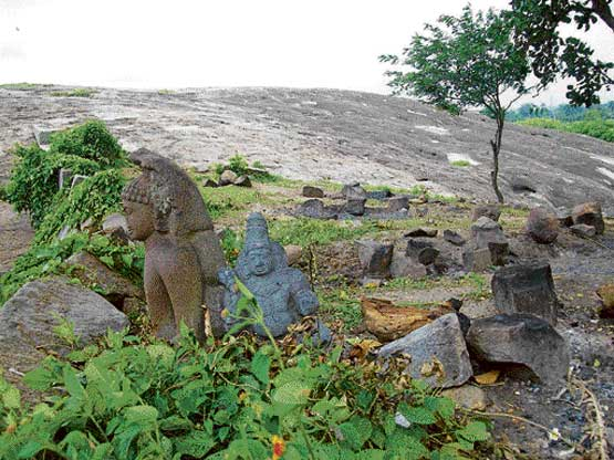 Aretippur in Maddur taluk is home to many ruins, including Jain basadis and sculptures all dating back several centuries.