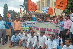Members of ABVP and Save Mysore University Forum  staging a protest in  Manasagangothri in Mysore on Monday. Forum leader Prof K S Shivaramu, Prof K S Bhagwan and Udayaprakash are seen. DH PHOTO