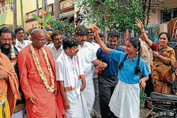 Residents of Krishnamurthypuram showering petals on Maadaara Channaiah Swamiji during his padayatra  in Mysore on Wednesday. dh photo