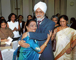 Chief Justice J S Khehar greets Indian Federation of Women Lawyers Karnataka Chapter President Pramila Nesargi at the interactive discussion 'Know Thy Chief Justice' on Friday. Judges Justice Nagarathna and Justice Manjula Chellur are also seen. DH Photo