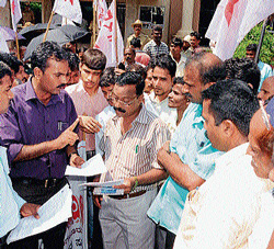 DYFI members submitting memorandum to the MCC officials in Mangalore on Monday.