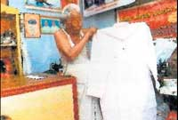 Viswanathan shows the special 'kurta' at his shop in Pollachi in Coimbatore. Courtesy: Dinakaran Group