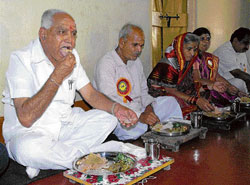 With relish: Chief Minister B S Yeddyurappa dines at the residence of organic farmer Ningappa Belavatagi at Halyal near Hubli on Saturday. DH Photo