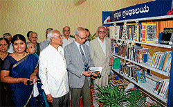 Former Vice-Chancellor of Kuvempu University Dr K Chidananda Gowda at the Kannada Library at the National Institute of Engineering-Institute of Technology in Mysore on Monday.   Former director of Kannada Institute of Development Studies T V Venkatachala Shastry, NIE-IT president M A Sampath Iyengar and others are seen. DH PHOTO