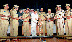Ensuring justice: District Principal and Sessions Judge H P Sandesh inaugurating a workshop on warrants and summons at Senate Bhavan in Mysore on Monday. IGP Southern Range  ASN Prasad, Police Commissioner Sunil Agarwal, Dy SP Venkatswamy, DCP Basavaraj Malagatti and others are seen. DH pHoto
