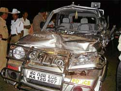 Aftermath: The security vehicle of Assembly Speaker K G Bopaiah that was involved in an accident at Basavanahalli near Kushalnagar on Wednesday. DH photo
