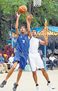 Sahil Sharma (left) of Jammu and Kashmir  battles for possession with Manoj Sharma in the basketball  competition of all-India Police Games on Thursday. DH photo