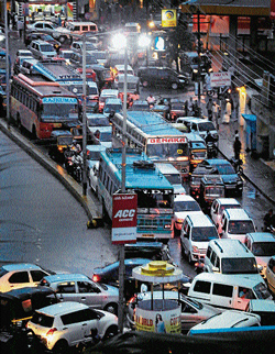 A view of messy traffic movement in the city. DH PHOTO