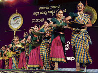 showcasing the folk culture Folk artistes perform at the Janapada Jatre organised by the Kannada and Culture Department to mark Sankranti, in Bangalore on Friday. dh Photo