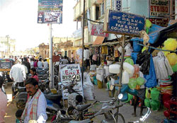 Order has no takers: There is virtually no place for pedestrians on Bazaar Road, Chikkaballapur. DH photos
