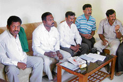 Farmers' representatives Bhaktarahalli Bhyregowda, Mallur Shivanna, Yaluvahalli Sonnegowda and others at a press meet in Chikkaballapur on Wednesday. DH PHOTO