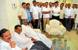 Janata Dal (Secular) Floor Leader in State Legislative Assembly H D Revanna is seen discussing with the party leaders in Hassan on Wednesday on the eve of elections to president and vice-president of zilla panchayat. DH photo