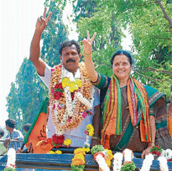 MCC Mayor Praveen and Deputy Mayor Geetha N Nayak taken out in a procession in Mangalore on Monday