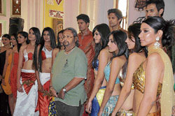 Posing: Srikantadatta Narasimharaaja Wadiyar with models. Dh photo by Manjunath M S