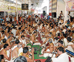 As many as 350 artistes from Chennai perform the Nadahara at Mantralaya, as part of the Raghavendraswami Vardhanthi Utsav on Saturday. DH photo