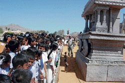 Hundreds of students visited the district stadium in Kolar on Saturday, to view the replicas of the remnants from the Vijayanagara Empire. DH photo