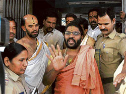 'not guiltY': Sosale Vyasaraja Mutt seer Vidyamanohara Teertha reacts to the angry mob outside the mutt premises in Basavanagudi on Sunday. DH Photo