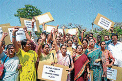 Members of various women's organisations staging a protest demanding fair probe into the sexual harassment charges made by PhD student Sarita against her former guide and Zoology professor Shivabasavaiah, in Mysore on Wednesday. DH Photo