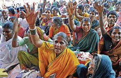 Raising voice: Labourers from 15 districts stage a sit in under Grameena Coolie Karmikara Sanghatane at Banappa Park in Bangalore on Tuesday. DH Photo