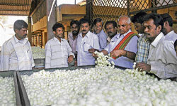 Karnataka Silk Marketing Board president K M Hanumantharayappa and others during a visit to the government silkworm cocoon market at Shidlaghatta on Thursday. Hanumantharayappa talks to reelers. DH photos