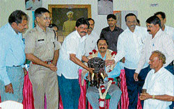 City Municipal Council President C R Shankar, MLA  H S Prkash  felicitating outgoing SP Sharathchandra, at a function in Hassan on Friday. Superintendent of Police Amith Singh and others are seen. DH PHOTO