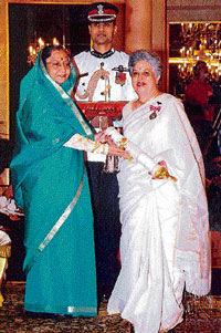 MAKING A DIFFERENCE Nomita Chandy receives the Padma Shree for her contribution to social welfare from the  President of India.