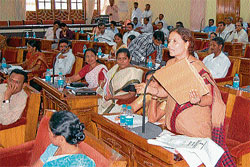 Member Rekha Huliyappa Gowda raising a point during all members' meet in Zilla Panchayat hall on Tuesday. DH PHOTO