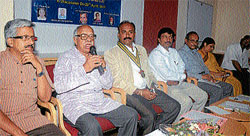 Legal expert Prof C K N Raja airing his view, at a discussion on 'Jan Lokpal Bill' in Mysore on Friday. (L-R) Dr R Balasubraniam  of SVYM, Rotary Chairman Yashaswini Somashekar, Rotarian G K Balakrishnan, Dr R Indira and Rotarian Vishwan athaiah are seen. dh photo