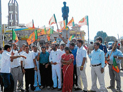 Kodagu district BJP unit staging a protest against Governor H R Bharadwaj's recommendation to dismiss the State government, at General Thimmaiah Circle in Madikeri on Monday.