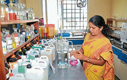 calibre: Deputy Scientific Officer Kavitha at the laboratory in KSPCB building in Mysore . dh photo  by prashant h g