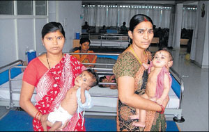 Recipient infants with their mothers at the Innova Hospital.