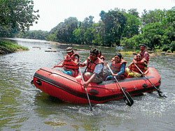 People engaged in river rafting in river Cauvery near Dubare. DH PHOTO