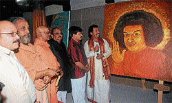 Medical Education and District In-Charge Minister S A Ramdas seems to be admiring a painting of Satya Sai Baba by artist K Lokesh, in Mysore on Sunday. Hosamutt Seer Sri Chidananda, Seer Sri Bhashyam, industrialist Jagannath Shenoy and others are also seen.  DH PHOTO