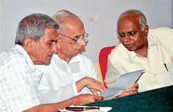 Science writer Prof J R Lakshman Rao chats with former vice-chancellor of Kuvempu Varsity Venkataramaiah at the valedictory of Science Learning Interaction Camp organised in Mysore on Monday. Prof Sheshadri also looks on. Dh photo