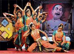in sync: Udupi Nrutya Niketana students perform at the music and dance tribute programme organised in memory of  Pandit Bhimsen Joshi in Raj Bhavan on Sunday. dh Photo