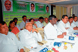 Introspection: Former ministers M Shivanna, M Mahadev, MLC and district JD(S) president Chikkamadu, state general secretary Basavangouda Patil Yatnal and others are seen.  DH photo