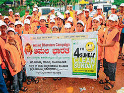 .Students from Amritha Vidyalaya and Karnataka Ayurvedic Medical College taking part in the Amala Bharatha Campaign in Mangalore, on Sunday. DH Photo