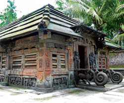 BHATKAL BECKONS Stone roofs, stone screens and yalis like in the Khetapai Narayana temple are characteristic of the Bhatkal region. Photos by the author