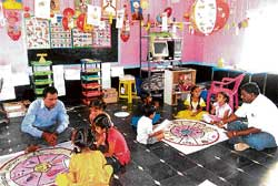 Teachers Anjaneyalu and Srinath teach students at the Governmentt Lower Primary School, Kuruppalli in Somanathapura Cluster in Bagepalli, under the Nali-Kali programme. DH Photo