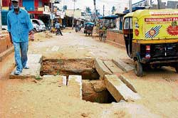 The narrow Tipu Road in Kolar is a motorists' nightmare. DH photo