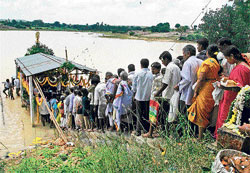 QUEUE PLEASE! Devotees form a beeline to catch a glimpse of Lord Ananathapadmanabha at Chandrapushkarani tank in Kambalahalli village in Shidlaghatta taluk. DH photo