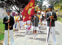 Remembrance: Students of the Sir MV School in Chikkaballapur lead a procession on Thursday, the birth anniversary of Sir M Visvesvaraya. DH photo