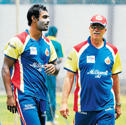 Coach Ray Jennings shares his experience with Abhimanyu Mithun during a training session. DH Photo