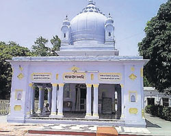 The temple in which Kabir's samadhi lies.