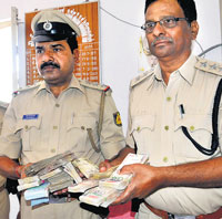 bait Police display the seized currency meant for luring  voters in Bellary Rural Assembly constituency. DH Photo