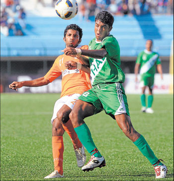 Sporting Clube de Goa's Anthony D'Souza and HASC's Vinod Kumar vie for possession during their I-League match on Wednesday. DH PHOTO/ KISHOR KUMAR BOLAR
