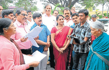 for future: A data entry operator records the information from Nagamma a resident of Vidyaranyapuram in Mysore on Thursday. Minister S A Ramdas, mayor Pushpalatha Chikkanna, MCC commissioner K S Raykar and deputy commissioner K N Dharmappa  are seen. DH Photo